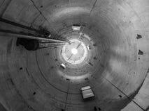 Lutande torn av den Pisa inre arkivfoto