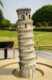 Lutande torn av den Pisa modellnärbilden Arkivbild