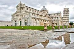Lutande torn av den reflekterade Pisa och domkyrkan Arkivbilder