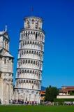 Lutande torn av Pisa i Italien med blå himmel fotografering för bildbyråer