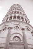Lutande torn av Pisa; Italien Royaltyfria Foton
