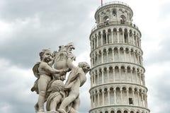 Lutande torn av Pisa med ängelstatyn Arkivfoton