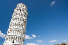 Lutande torn av Pisa med fritt utrymme Arkivfoto