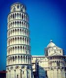 Lutande torn av Pisa med klar blå himmel Royaltyfri Foto