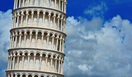 Lutande torn av Pisa med moln royaltyfri fotografi
