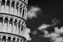 Lutande torn av Pisa med moln royaltyfri bild