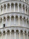 Lutande torn av Pisa nära domkyrkaDuomo på piazzadeien Miracol Royaltyfri Fotografi