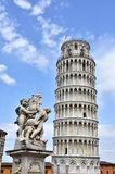 Lutande torn av Pisa och springbrunnen med änglar Royaltyfri Fotografi