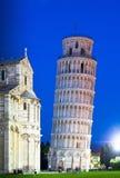 Lutande torn av Pisa på skymning Royaltyfria Bilder