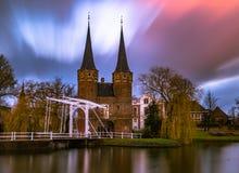 Lutande torn för delftfajansoudkerk Royaltyfria Bilder