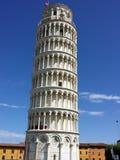 Lutande torn i piazzadeien Miracoli Royaltyfri Foto