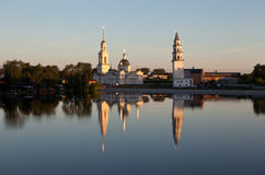 Lutande torn och den Spaso-Preobrazhensky domkyrkan Nevyansk Ryssland Royaltyfri Bild