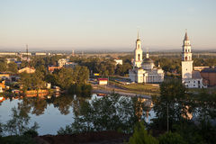 Lutande torn och den Spaso-Preobrazhensky domkyrkan Nevyansk Ryssland Royaltyfri Foto
