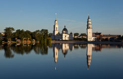Lutande torn och den Spaso-Preobrazhensky domkyrkan Nevyansk Ryssland Royaltyfri Fotografi