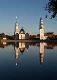 Lutande torn och den Spaso-Preobrazhensky domkyrkan Nevyansk Ryssland Arkivbild