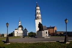 Lutande torn och den Spaso-Preobrazhensky domkyrkan Nevyansk Ryssland Royaltyfria Foton