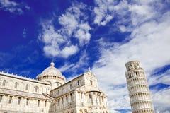 Lutande torn och domkyrka av Pisa, Italien royaltyfria foton
