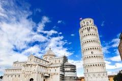 Lutande torn och domkyrka av Pisa, Italien royaltyfri foto