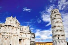 Lutande torn och domkyrka av Pisa, Italien royaltyfri bild