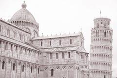 Lutande torn och fasad av domkyrkakyrkan i Pisa; Italien Royaltyfria Bilder
