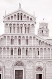 Lutande torn och fasad av domkyrkakyrkan i Pisa; Italien Arkivbild