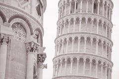 Lutande torn och fasad av domkyrkakyrkan i Pisa; Italien Royaltyfri Fotografi