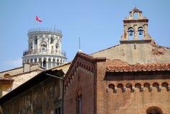 Lutande torn och San Sisto Church, Pisa, Italien Arkivfoto