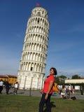 Lutande torn och turist Royaltyfri Fotografi