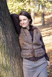 Lutande träd för höstkvinna Fotografering för Bildbyråer