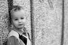 lutande vägg för pojke Arkivfoto