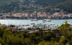 Lutandeförskjutningen beskådar över hamn Royaltyfri Foto