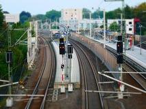Lutandeförskjutningsbild av en järnvägplattform med signalljus arkivbilder