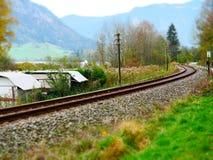 Lutandeförskjutningsbild av spolande järnvägspår arkivbilder