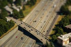 Lutandeförskjutningsdetalj av bron som korsar den mellanstatliga huvudvägen med bilar royaltyfria bilder