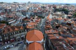 Lutandeförskjutningsfokus av stadssikten från Clérigos det kyrkliga tornet i Porto, Portugal Arkivfoton