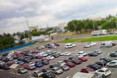 LutandeförskjutningsTime-schackningsperiod i en parkering stock video