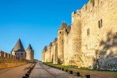 Lutandegård- och utsidavallarna i gammal stad av Carcassonne - Frankrike Arkivbild