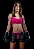 Lutando, atleta forte da mulher com luvas de encaixotamento Fotos de Stock