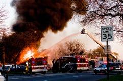Lutando um incêndio fotos de stock royalty free