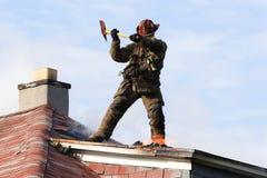 Lutando um incêndio Imagem de Stock Royalty Free