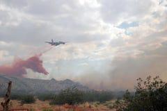 Lutando um incêndio violento Fotos de Stock Royalty Free