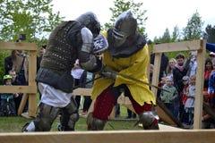 Lutas cavalheirescos no festival da cultura medieval em Tyumen, R Fotos de Stock Royalty Free