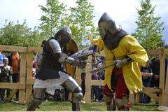 Lutas cavalheirescos no festival da cultura medieval em Tyumen, R Imagens de Stock Royalty Free