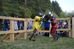 Lutas cavalheirescos no festival da cultura medieval em Tyumen, R Imagens de Stock