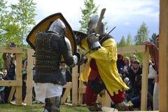 Lutas cavalheirescos no festival da cultura medieval em Tyumen, R Fotografia de Stock
