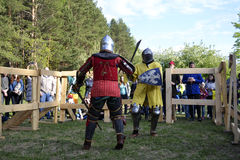 Lutas cavalheirescos no festival da cultura medieval em Tyumen, R Foto de Stock