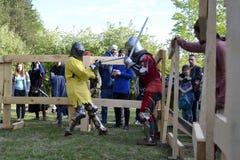 Lutas cavalheirescos no festival da cultura medieval em Tyumen, R Fotos de Stock