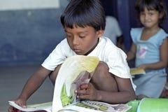 Lute contra o analfabetismo através da biblioteca móvel, Brasil imagens de stock