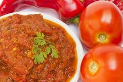 Lutenica peppar- och tomatnjutning Arkivfoton