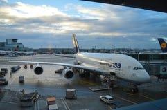 Luthansa飞机在法兰克福国际机场, 2016年12月11日的德国 免版税库存照片